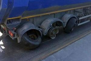 Для чего у многих грузовиков бутылки на колесах?